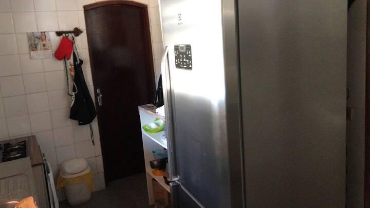 Tem 4 quartos sala cozinha ar-condicionado