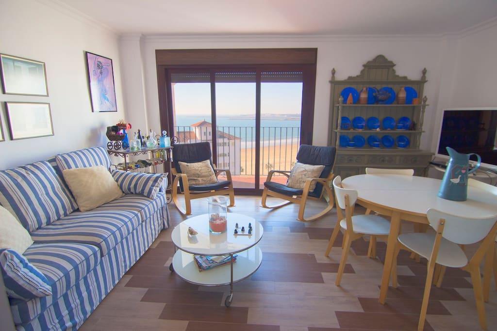 Salón con terraza al mar