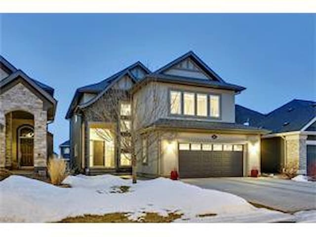 Beautiful Walkout Basement Suite in Calgary SE - Calgary - Serviceret lejlighed
