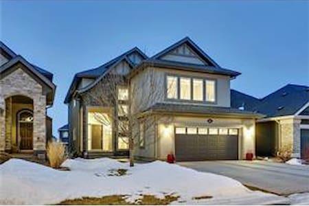 Beautiful Walkout Basement Suite in Calgary SE - Calgary - Obsługiwany apartament