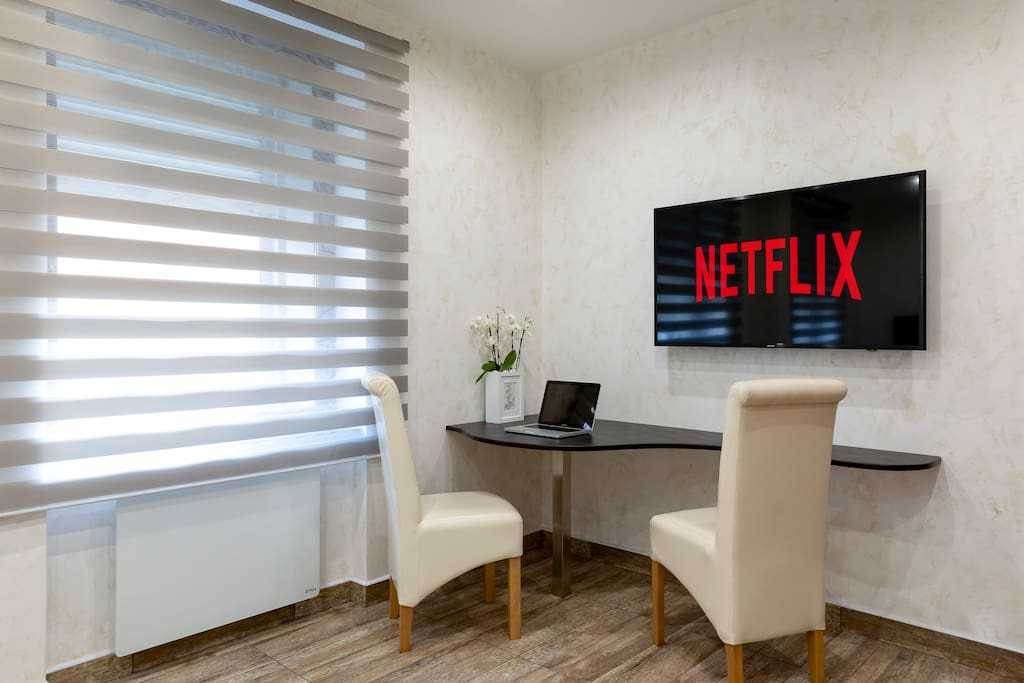 Work&eat area / Netflix