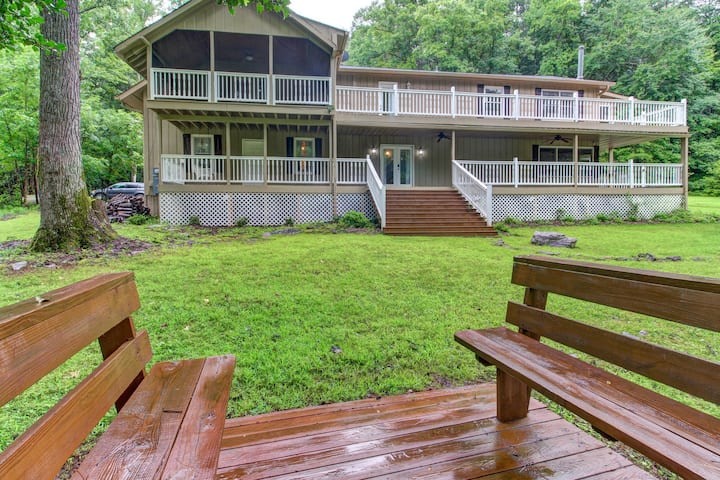 Secluded cabin w/ forest views, large backyard, and balcony!
