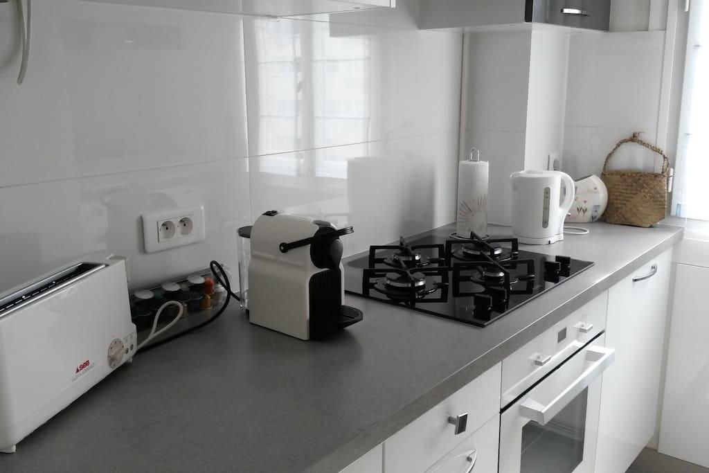 Grill pain, machine à Nespresso, cuisine récente indépendante,toute équipée