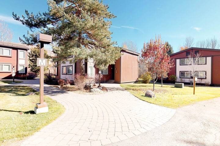 Bright condo less than a mile to ski lifts and close to town w/ shopping & more!