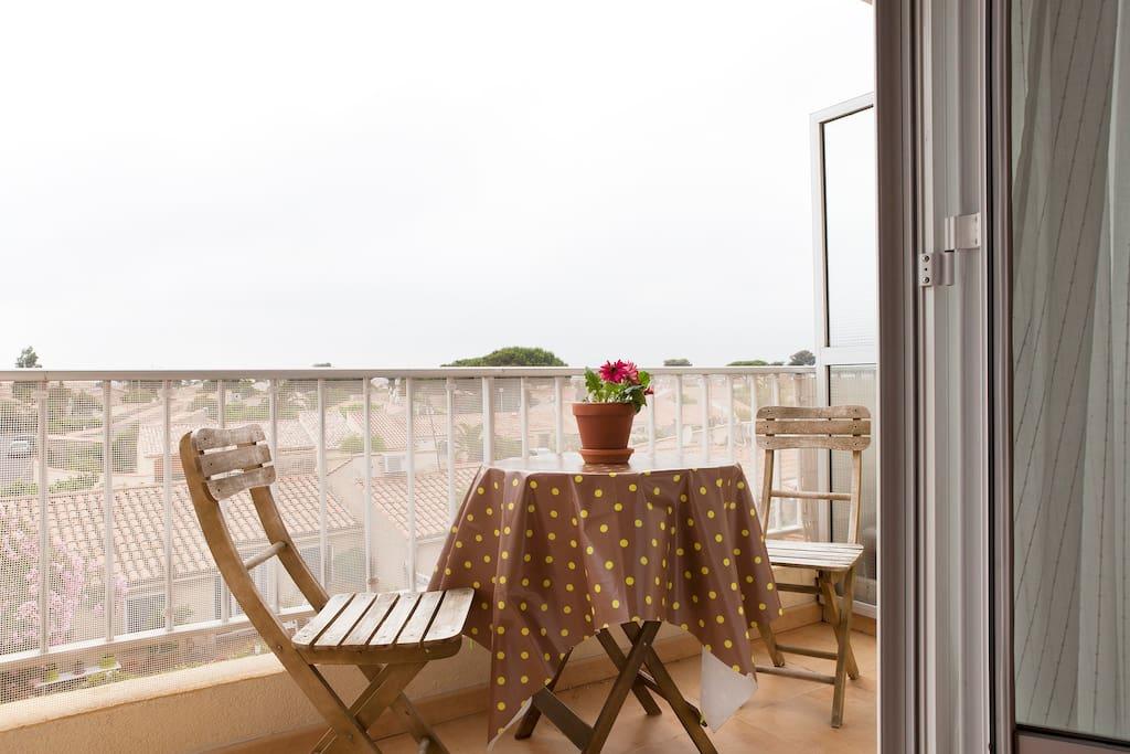 Terrasse agréable avec vue sur les étangs