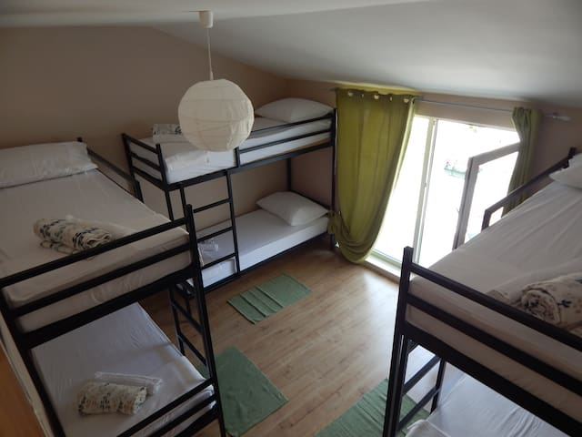6 Bed Dormitory Room with balcony - Mostar - Casa de huéspedes