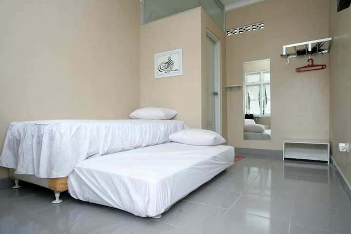 Eco-house w/ green garden Room 1 - Ngaglik - Bed & Breakfast
