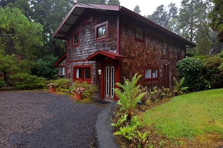 Hale Ohia Cottages, Camellia - Volcano - Bed & Breakfast