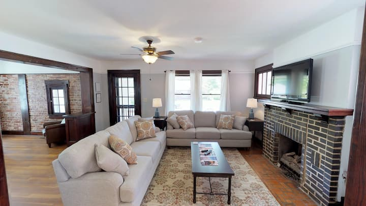 WONDERFUL HISTORIC HOME--WALKING DISTANCE TO TOWN