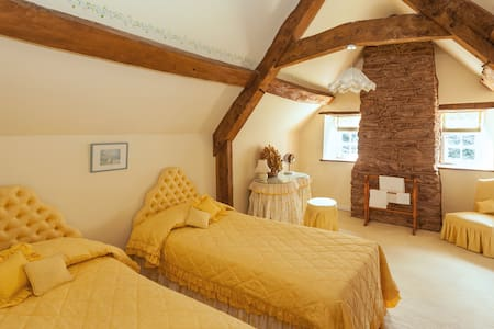 Yellow Twin Room @ Park Farm House - Cannington