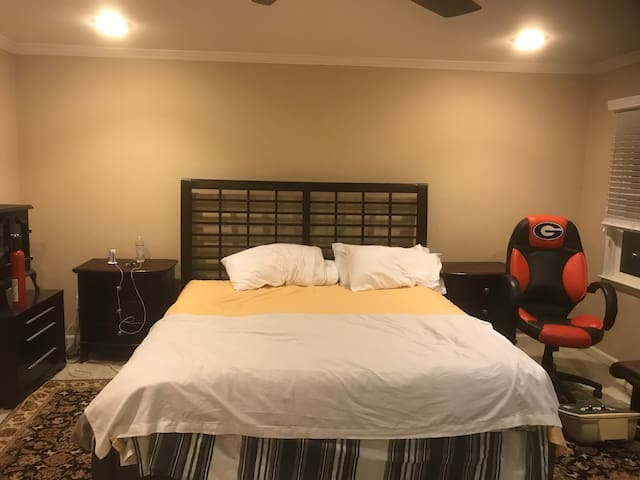 Room near emory university area. King bed. Wifi
