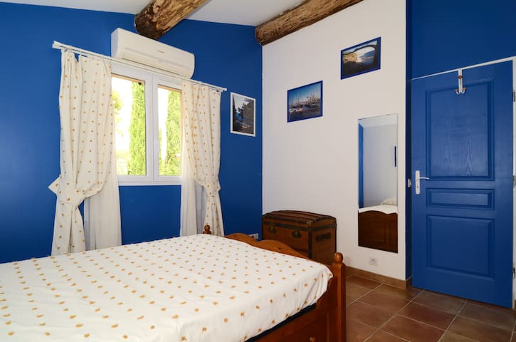 CAMERA CON SOFFITO ALTO/CHAMBRE AVEC PLAFOND ET MAGNIFIQUES POUTRES APARENTES/ BEDROOM WITH HIGHT ROOF WITH A LOT OF SPACE