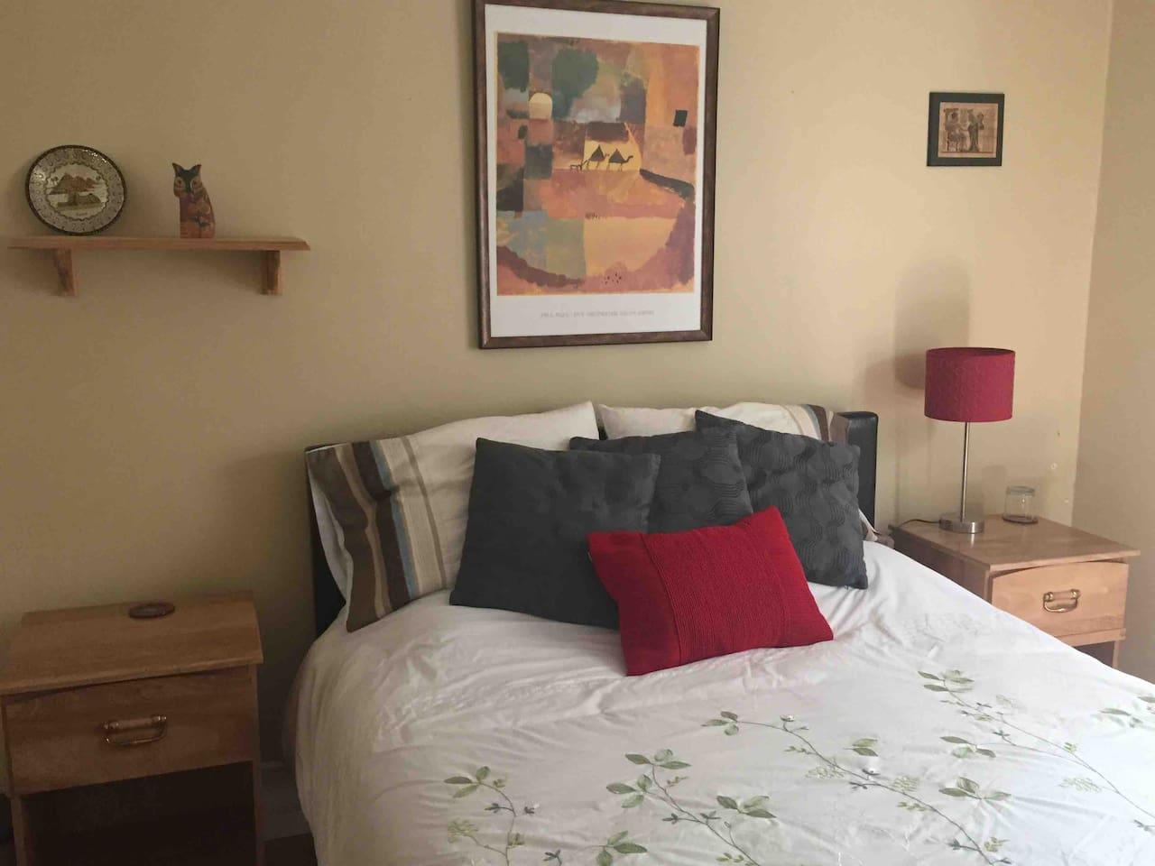 Belle chambre très éclairée, planchers de bois franc.   Grand lit 60 pouces, très confortable (Max. 2 personnes). Repos et détente assurés, venez faire l'expérience! Au cœur de Québec.