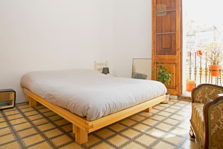 Sunny double room in Gracia next to metro station