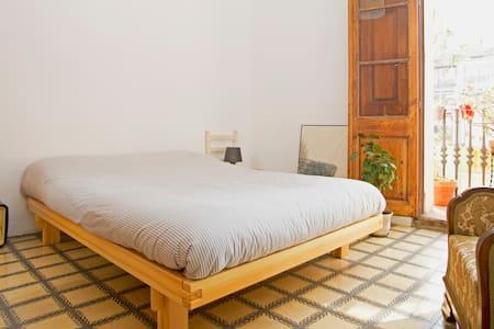 Sunny double room balcony in Gracia - Barcelona - Appartement