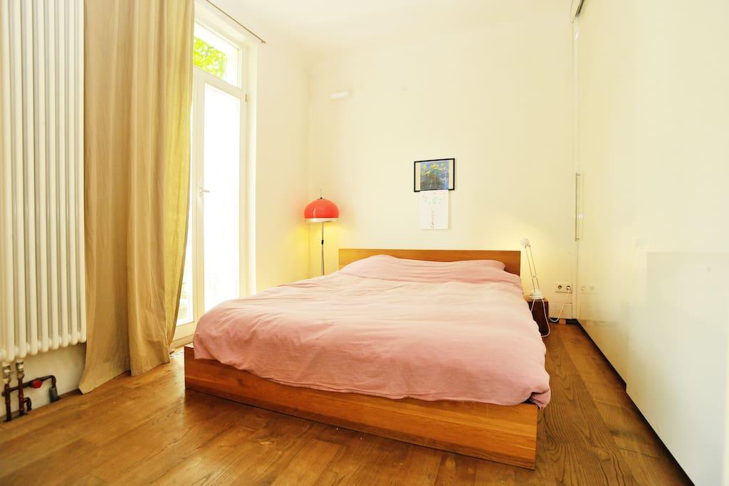 Schlafzimmer mit Doppelbett (1,60 m)