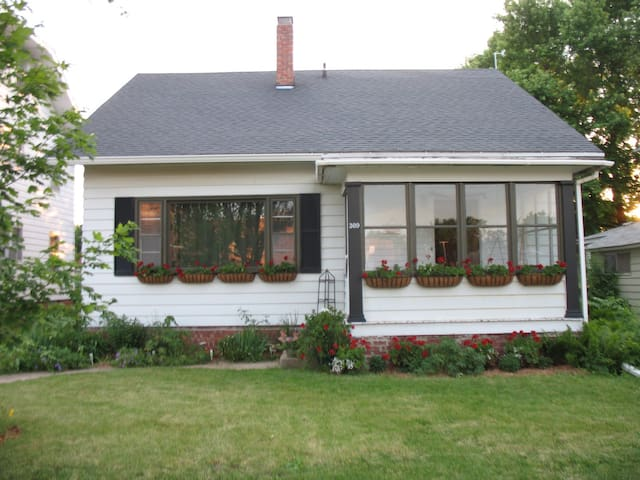 Charming Home at Simpson College - Indianola - House
