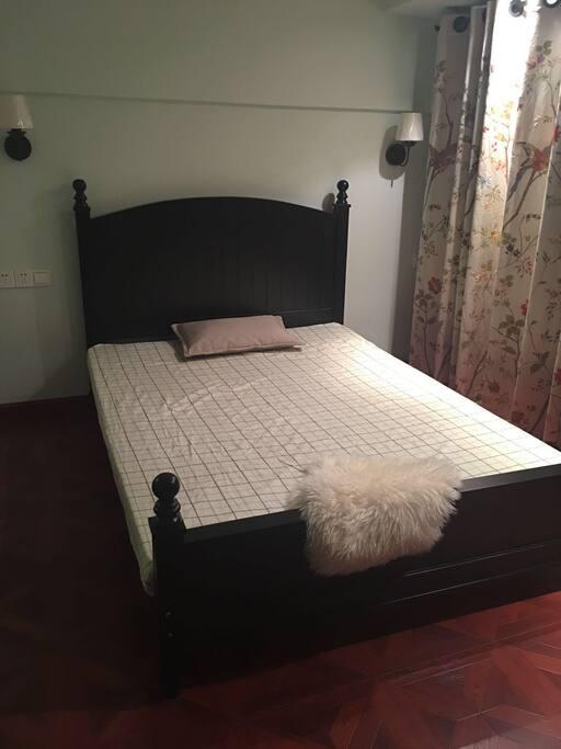 一米五宽实木床加椰棕乳胶床垫,干净纯棉床上用品。