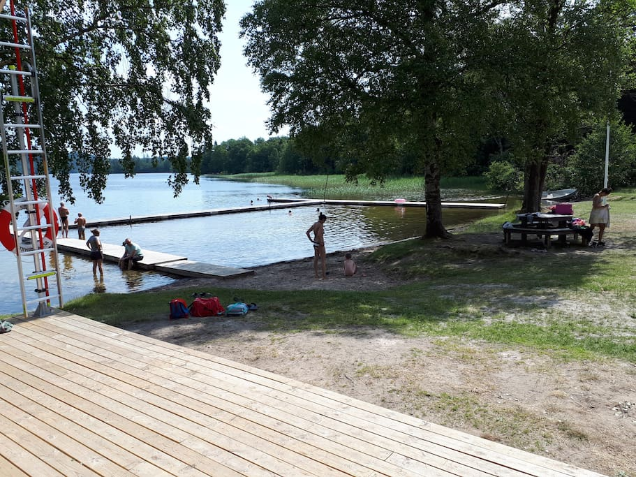 Just five minutes walk from the house there is a popular bathingarea by the lakeside of lake Hällungen.