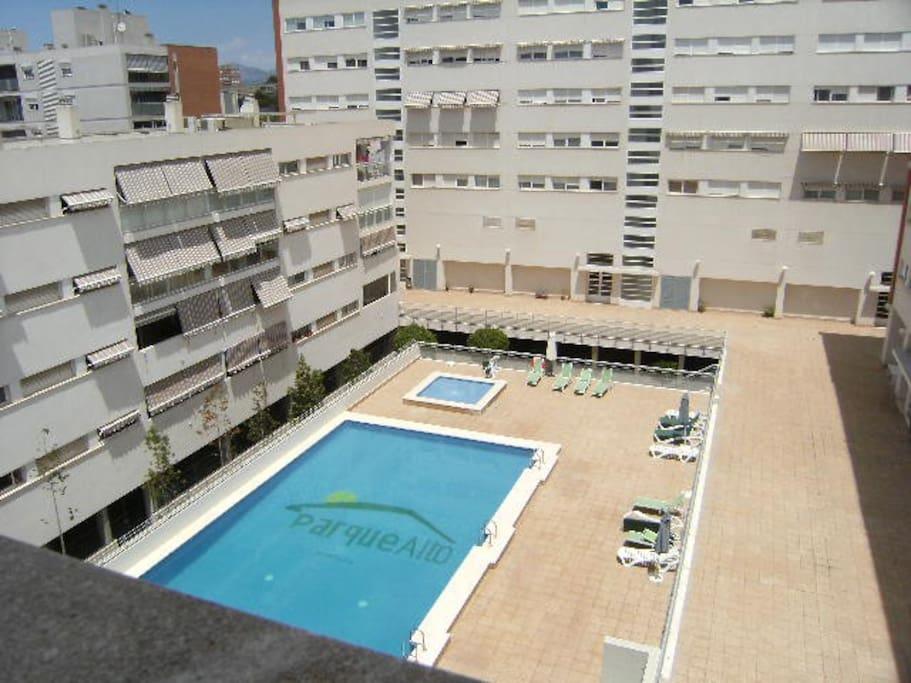 amplia y soleada piscina