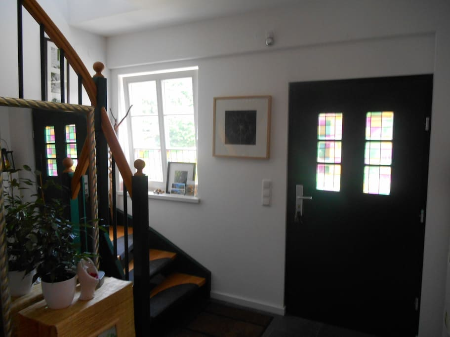 Ebenerdiger Eingang, Treppe hoch zum Gästezimmer