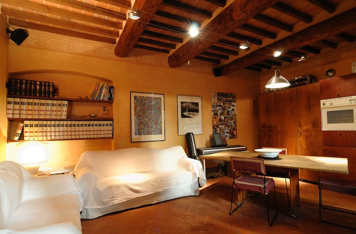High-Tech apartment in 15th century palace