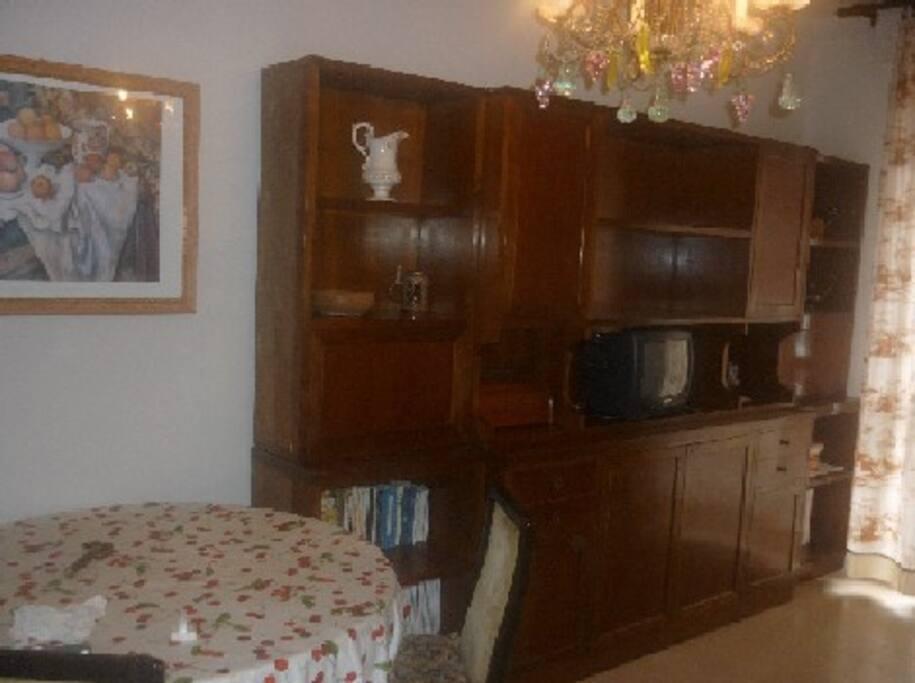 soggiorno mobile di noce e lampadario di murano