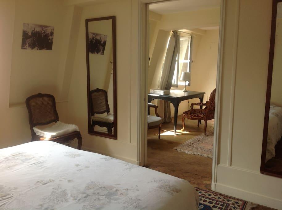 La chambre avec petit salon et vue sur le musée des beaux arts