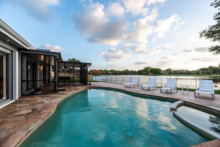 3BR/2BA Pool House On Water - Close To Everything!