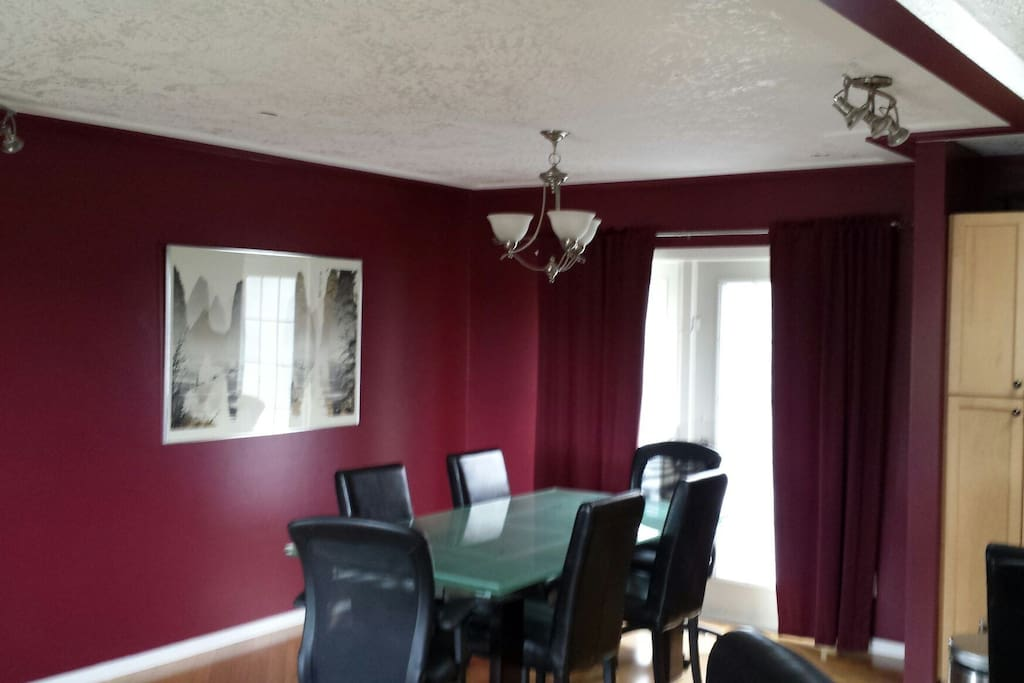 Dining room with comfortable leather chairs