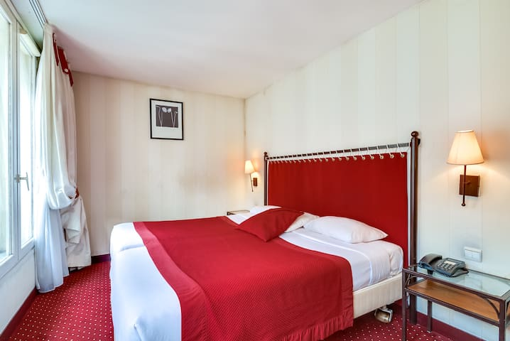 Charming room with separate beds and free beakfast in the heart of Paris