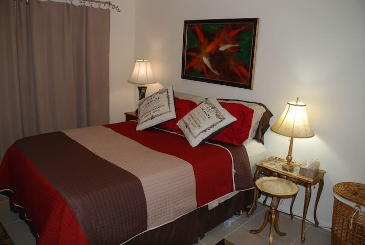 Cozy Queen Bed, near Orlando, Tampa - Lakeland - Hus