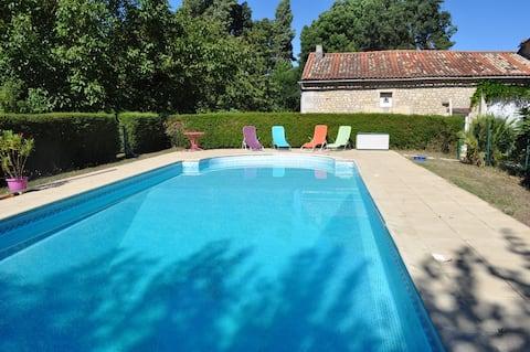 maison de 100m², avec grande piscine