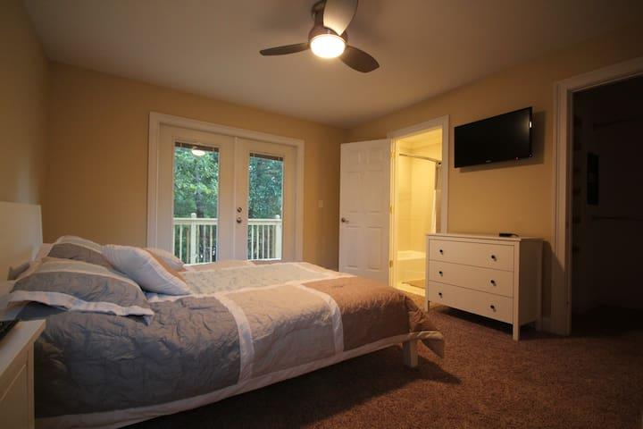 Room 1 (Queen Bed)