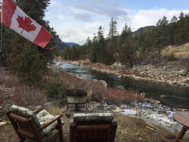 River House Retreat - Green Room - Hedley, BC