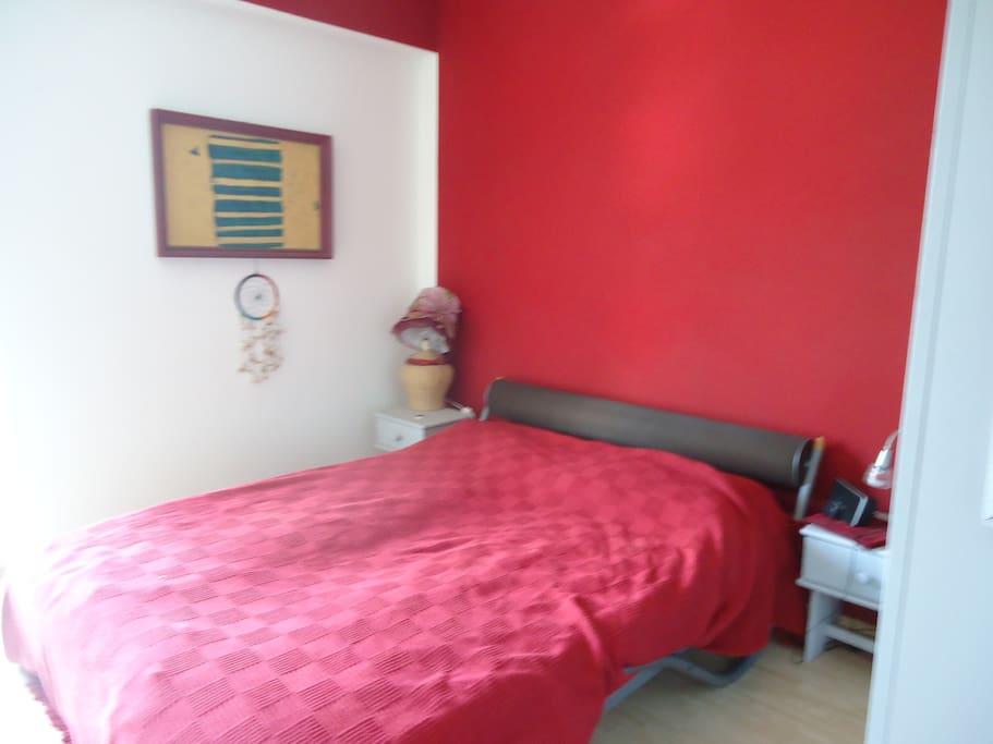 ein gemütliches Bett, eigenes Schlafzimmer mit Ausgang auf den Balkon