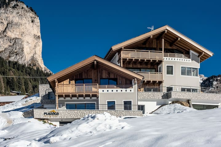 Luxurious, Ski-In/Ski-Out Chalet with Sauna, Balcony, Wi-Fi and Parking