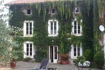 maison de village de 200 ans, mais entièrement rénovée de façon moderne, dans un cadre verdoyant a proximité de chemins, au pied des Petites Pyrénées