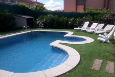 House with pool 20' from Barcelona - House