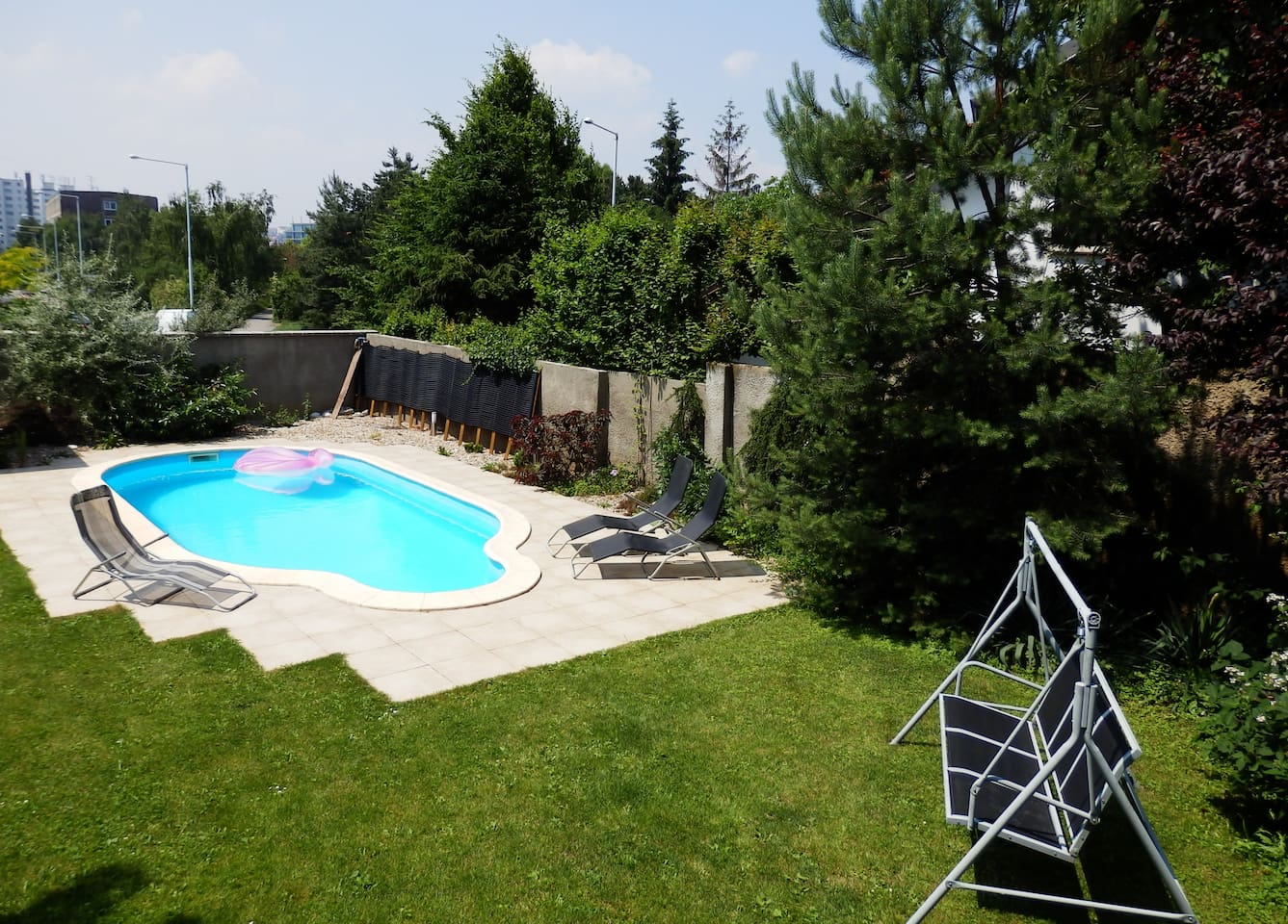 Come and enjoy room, garden, sauna and a whirl hottub