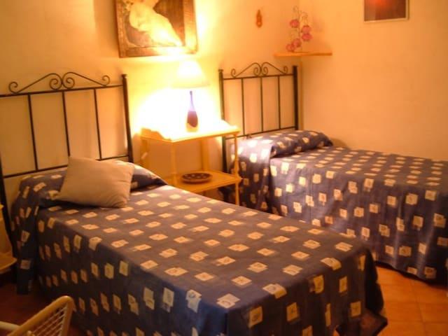 camera da letto piano terra (versione con due letti singoli)