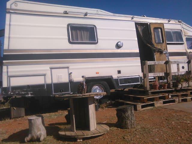 Camión vivienda en terreno soleado - Granada - Huis