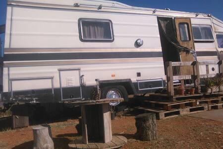 Camión vivienda en terreno soleado - Granada - Casa
