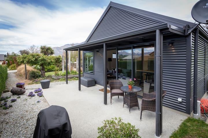 Sunny private court yard Located 5 Minutes from Queenstown Airport central to all ski fields Coronet Peak Cardrona and Remarkables