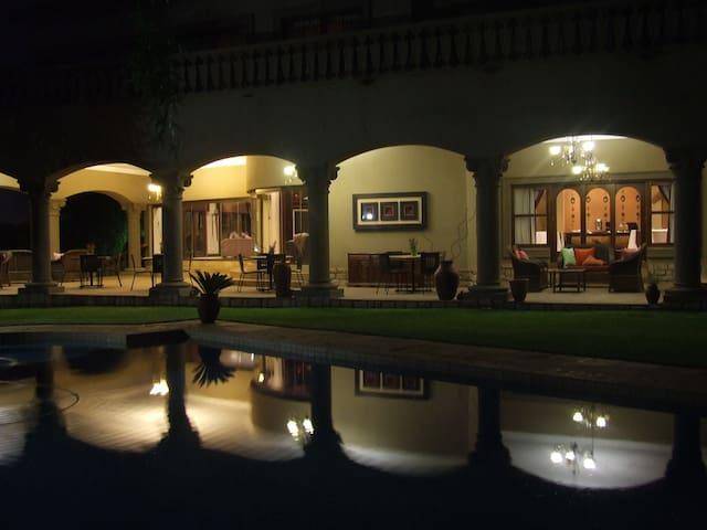 Villa Amanzi Boutique Guesthouse - Benoni - Huvila