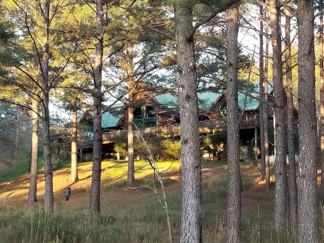 Bettie's Place Whispering Pines has handcap access