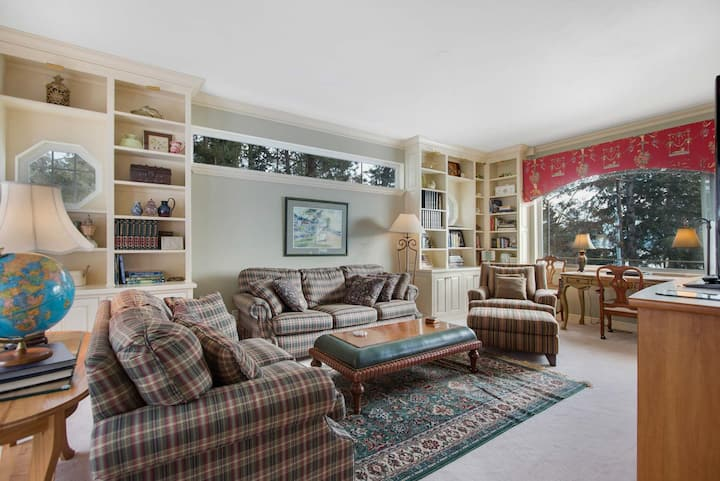 Luxury home - great location w/ lake views & easy beach access!
