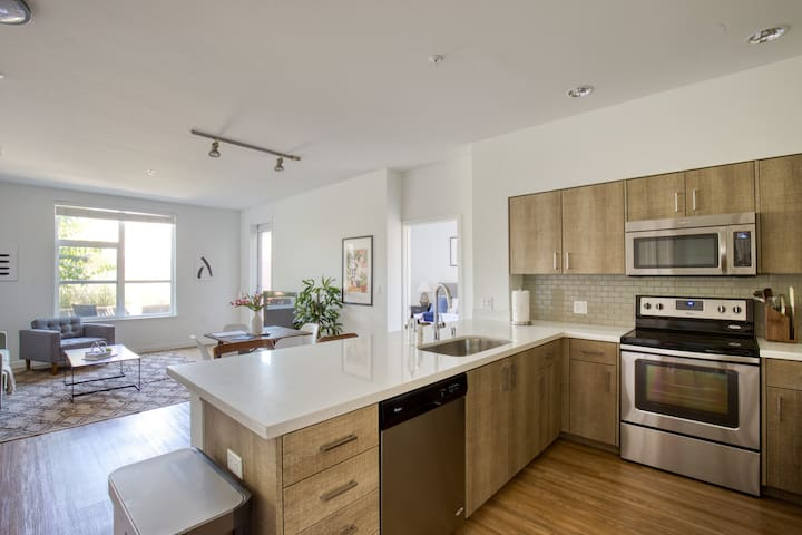 Lovely 2BR in Mountain View, Gym, Pool + Parking
