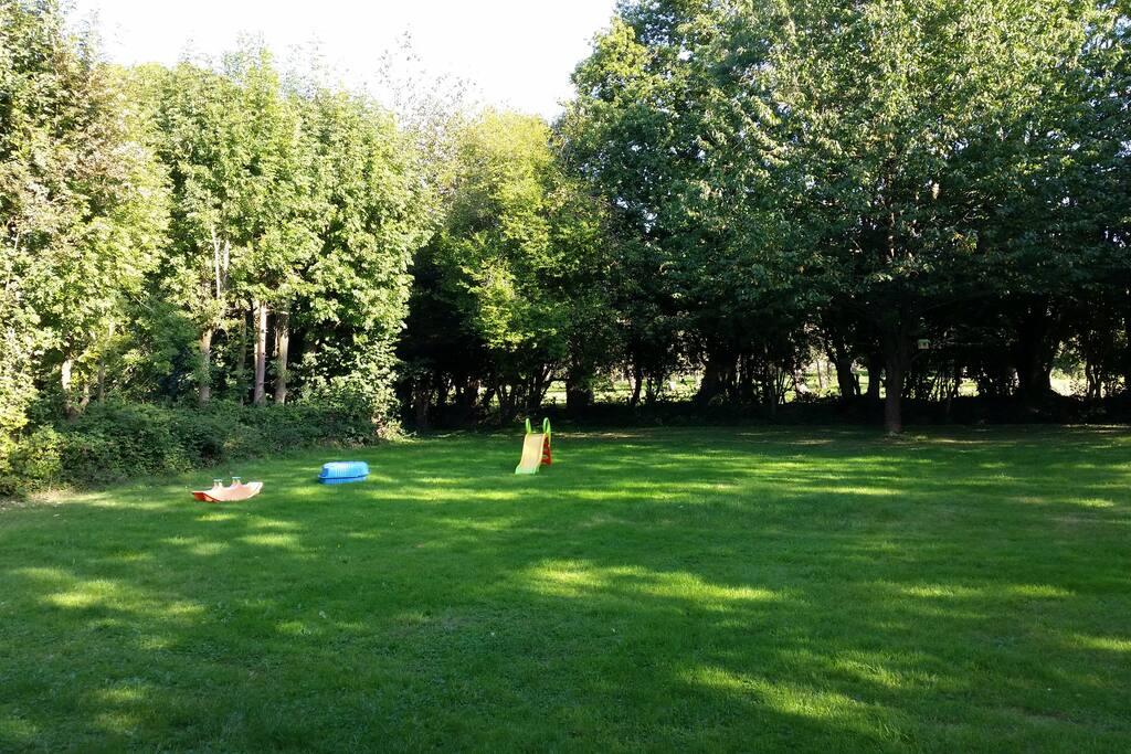 Grand terrain avec un trampoline