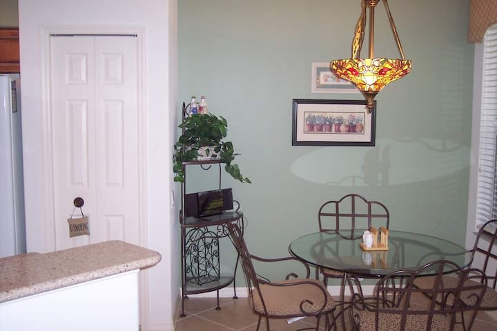 Breakfast Nook for 4 looking at Lake and Golf Course